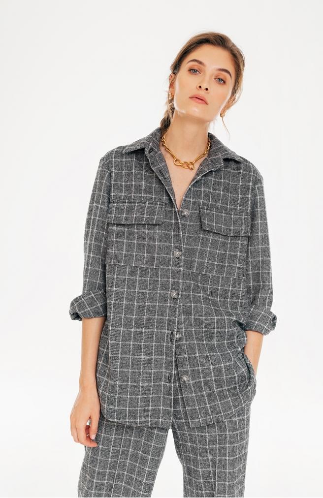 >Сорочка в сіро-білу клітинку з накладними кишенями